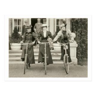 Três mulheres em bicicletas 1900s adiantados fot cartão postal
