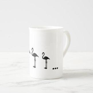 Três pássaros do flamingo e canecas dos