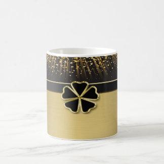 Trevo irlandês elegante elegante, confete do ouro caneca de café