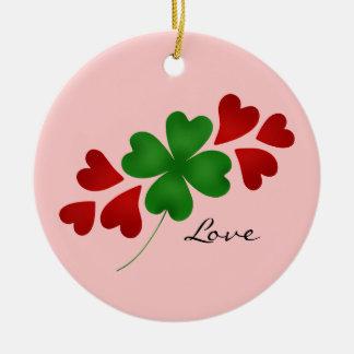 Trevo romance e corações do dia de St Patrick Ornamento De Cerâmica Redondo