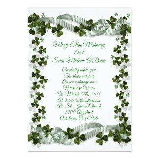 Trevos e fita irlandeses do convite do casamento