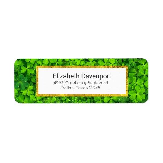 Trevos verdes frondosos com gotas de água etiqueta endereço de retorno