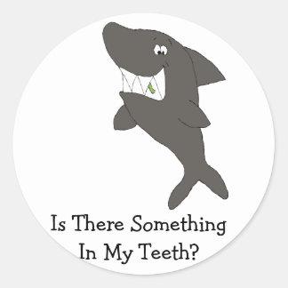 Tubarão dos desenhos animados com comida nos adesivo