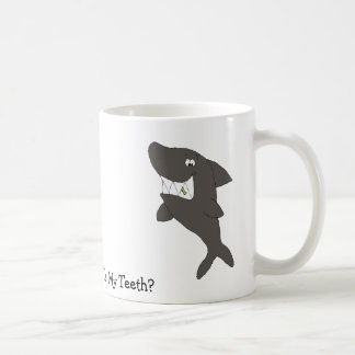 Tubarão dos desenhos animados com comida nos caneca