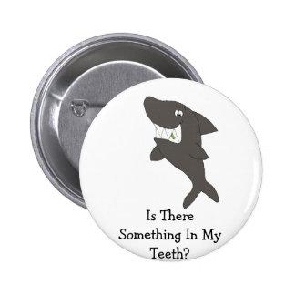 Tubarão dos desenhos animados com comida nos dente bóton redondo 5.08cm