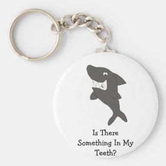 Tubarão dos desenhos animados com comida nos dente chaveiro