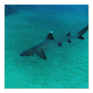 Tubarão impressionante no profundo convites personalizado
