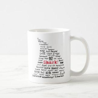 Tubarão! na caneca de café de muitas línguas