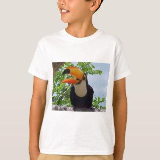 tucano-bico-aberto-de-frent camiseta