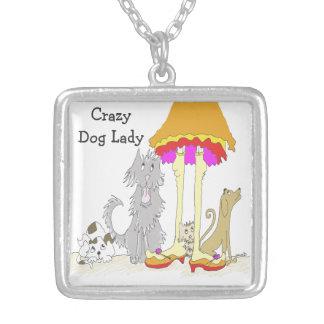 Tudo continua à senhora louca do cão da caridade a colar com pendente quadrado