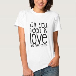 Tudo que você precisa é amor e mais café camiseta