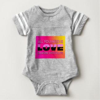 Tudo que você precisa é amor ou mais chocolate body para bebê