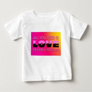 Tudo que você precisa é amor ou mais chocolate camiseta para bebê