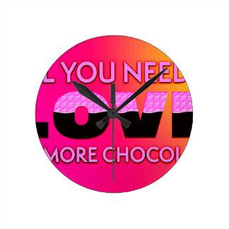 Tudo que você precisa é amor ou mais chocolate relógio de parede