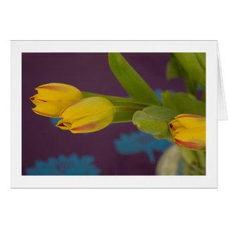 Tulipas amarelas no papel roxo de Lotus Cartao