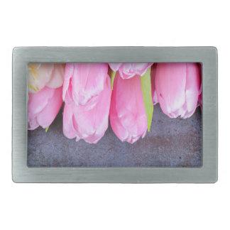 Tulipas cor-de-rosa frescas no fundo de pedra