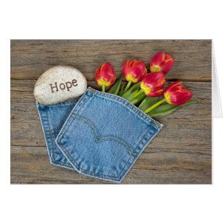 Tulipas da esperança no bolso azul de brim cartão