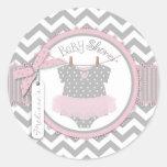 Tutu & chá de fraldas cor-de-rosa do impressão de  adesivo em formato redondo