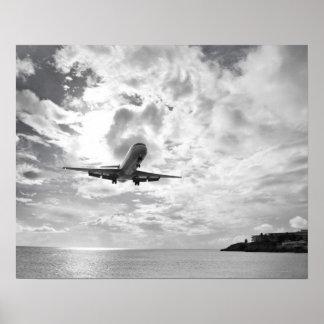 Um avião de passageiros entra para uma aterragem n poster