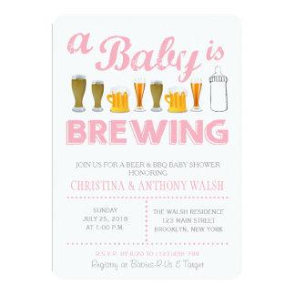 Um bebê está fabricando cerveja o convite do