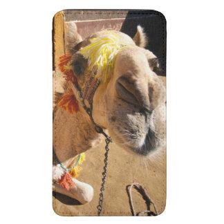 Um camelo amigável espera seu cavaleiro seguinte,  bolsinha de celular
