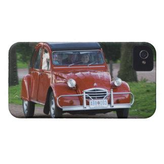 Um carro vermelho velho de Citroen 2CV com uma Capa Para iPhone