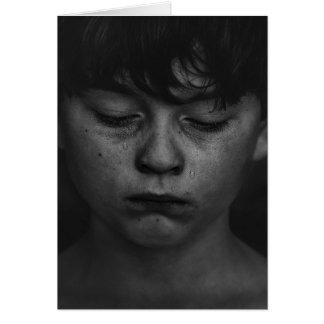 Um cartão vazio do menino triste e teary