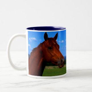 Um cavalo que está orgulhoso canecas
