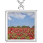 Um cheio do campo de flores vermelhas colar com pendente quadrado