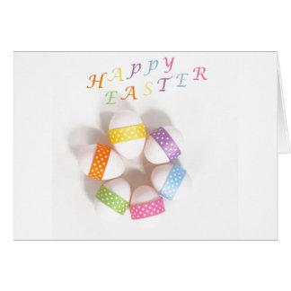 Um círculo de ovos da páscoa decorados cartão comemorativo