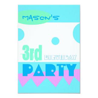 Um convite de festas pequeno do aniversário de 3