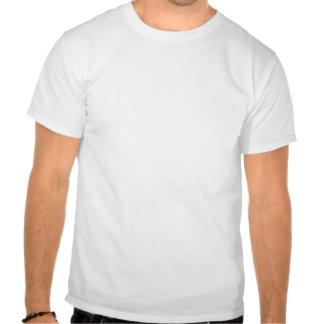 Um copo do café do cappuccino encontra-se em um ca t-shirts