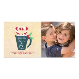 Um copo do cartão com fotos da paz, do amor e da