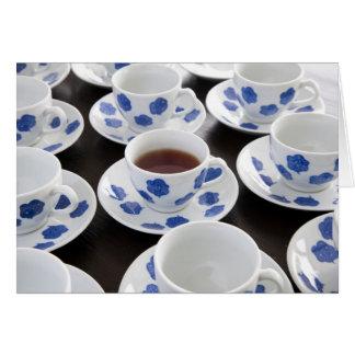 Um copo do cartão do chá