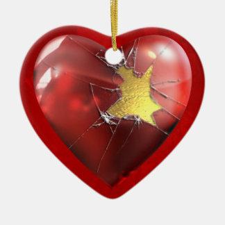 Um coração quebrado ornamento de cerâmica coração