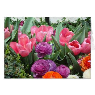 Um coro de cartões de nota cor-de-rosa das tulipas