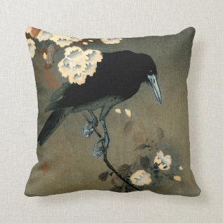 Um corvo e uma flor pelo vintage de Ohara Koson Almofada