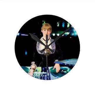 Um DJ no Folies-Bergère Relógio Redondo