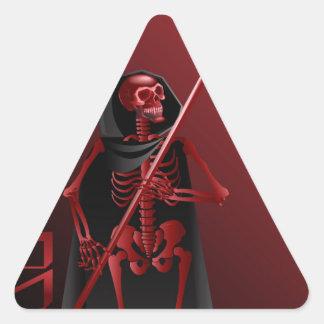 Um esqueleto com um scythe o Dia das Bruxas feliz Adesivo Triangular
