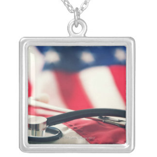 Um estetoscópio médico com uma bandeira americana colar banhado a prata