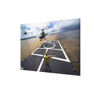 Um Eurocopter brasileiro prepara-se para aterrar Impressão Em Tela