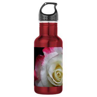 Um fim da garrafa de água acima de um rosa