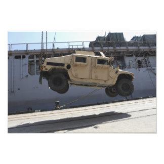 Um guindaste levanta um M998 Humvee Impressão De Foto