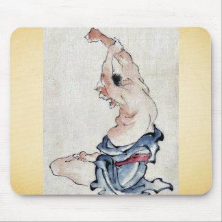 Um homem com braços aumentou sobre sua cabeça mousepad