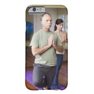 Um homem mais idoso na frente de uma mulher mais capa barely there para iPhone 6