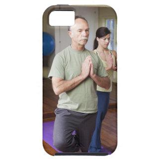 Um homem mais idoso na frente de uma mulher mais capa tough para iPhone 5