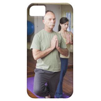 Um homem mais idoso na frente de uma mulher mais capa barely there para iPhone 5