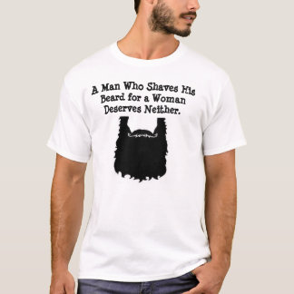 Um homem que barbeie sua camisa da barba