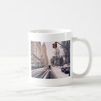 Um homem que cruza um Central Park nevado para o Caneca De Café