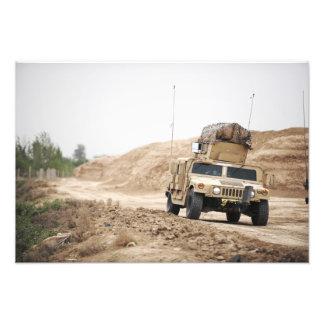 Um Humvee conduz a segurança Impressão De Foto